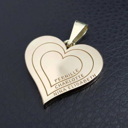 Hjerte anheng i gull med gravering